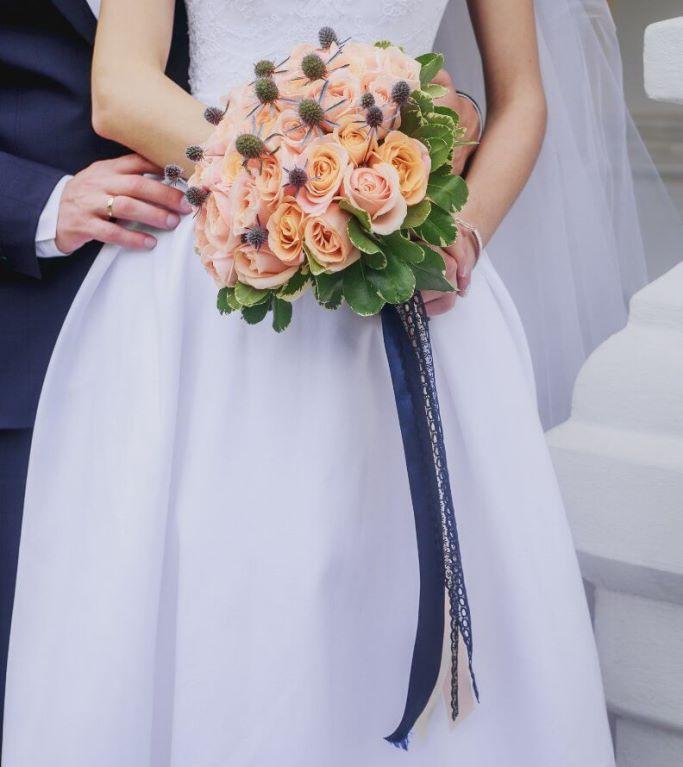 Свадебный букет невесты из персиковых роз и эрингиума -711