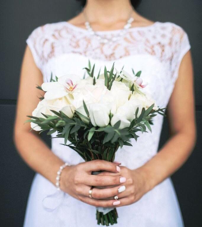 Свадебный букет невесты из белых роз и орхидеи 707