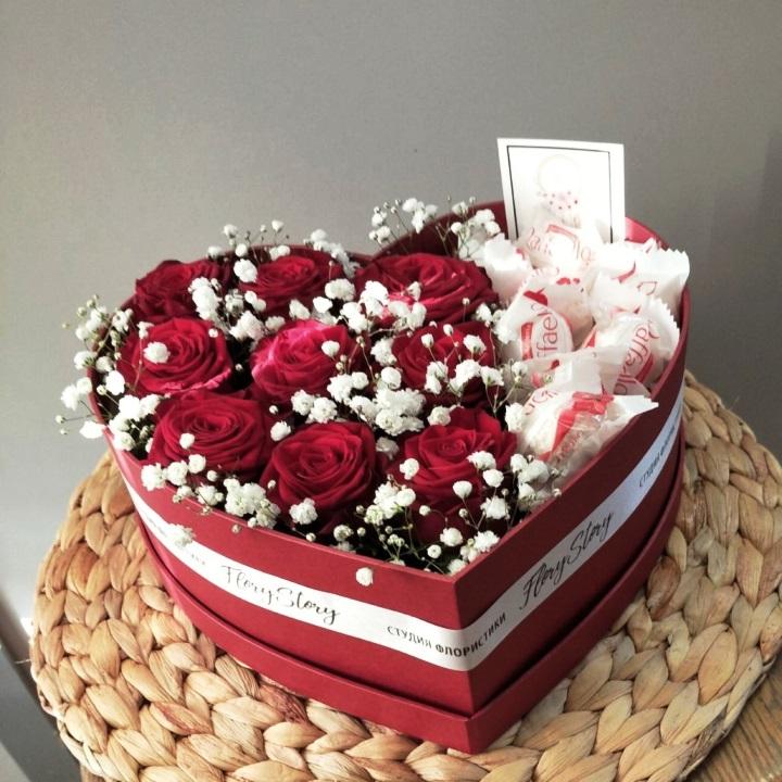 Сердце с цветами в коробке 334