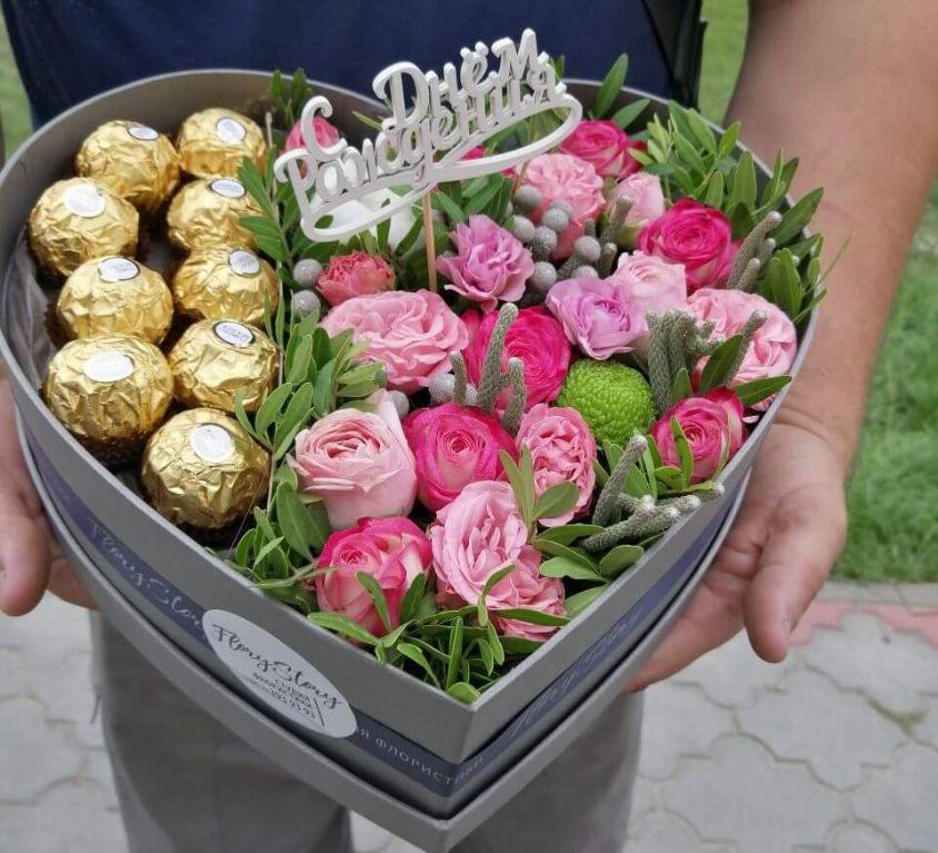 Сердце с цветами и конфетами в коробке 312