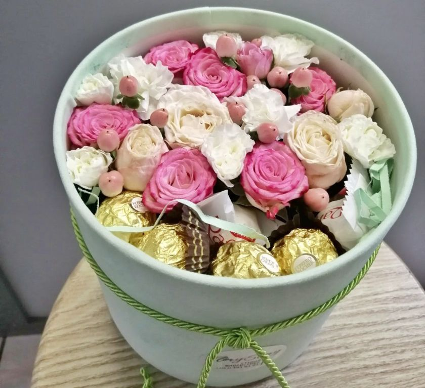 Коробка шляпная с цветами и сладостями 340