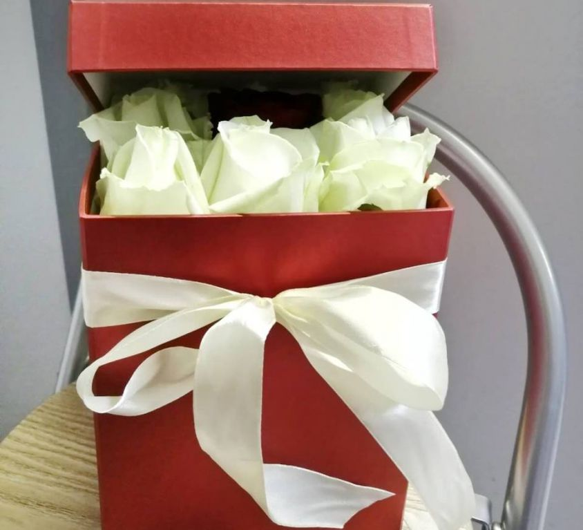 Розы в квадратной коробке размера M 302