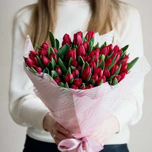 букет из красных бордовых тюльпанов