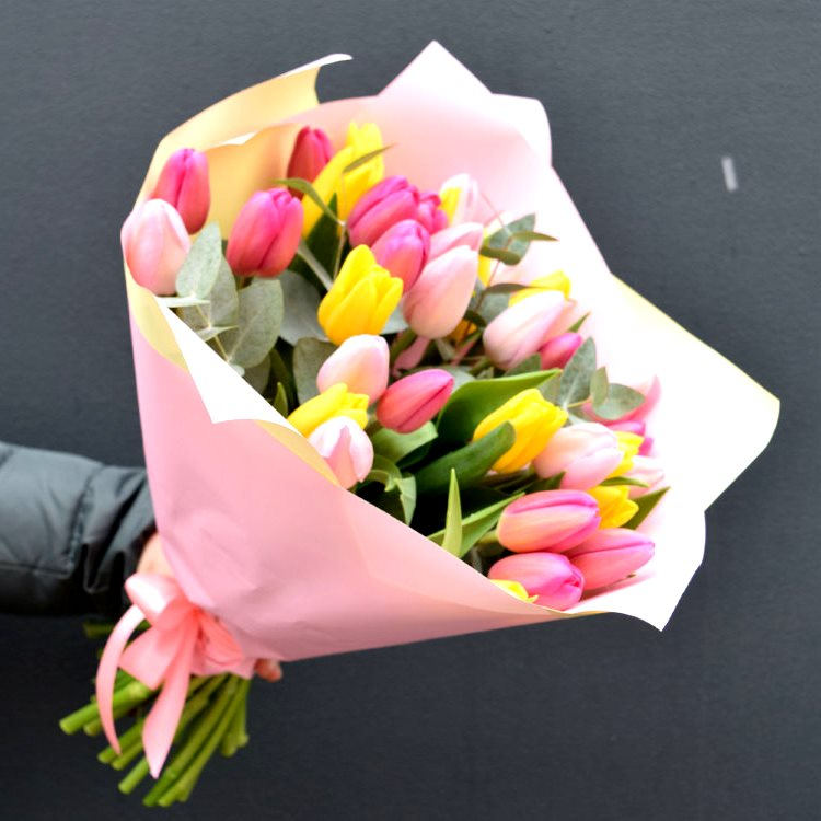 Букет сборный из 31 тюльпана и эвкалипта 395