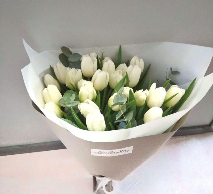 Букет сборный из 25 белых тюльпанов и эвкалипта 365