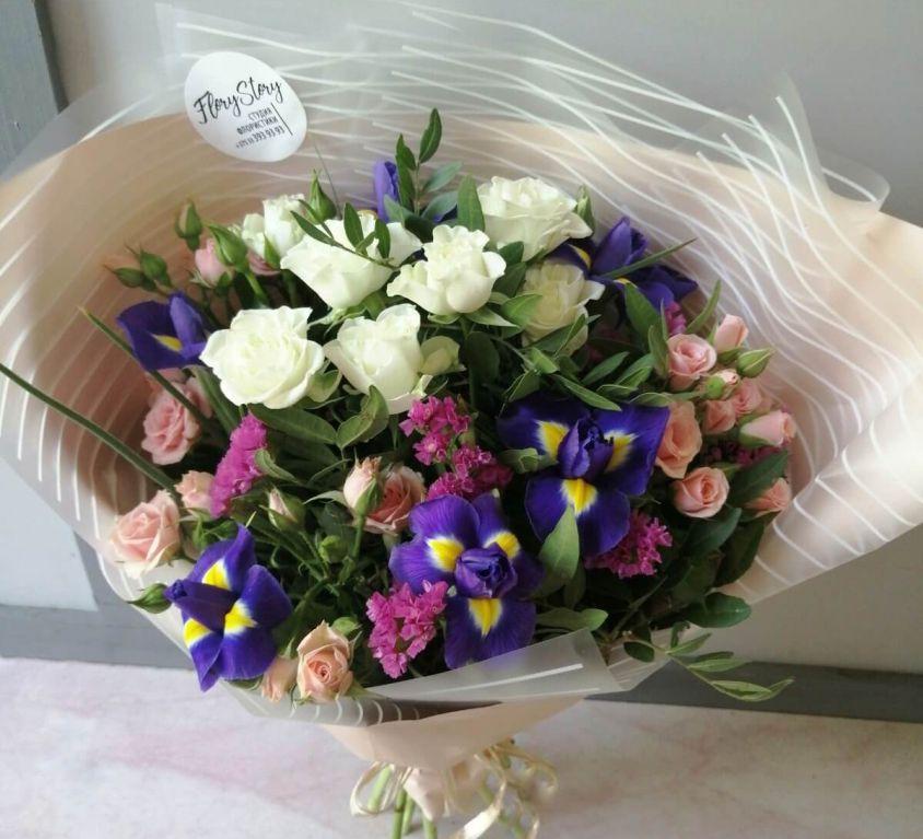 Букет c ирисами и кустовой розой 350