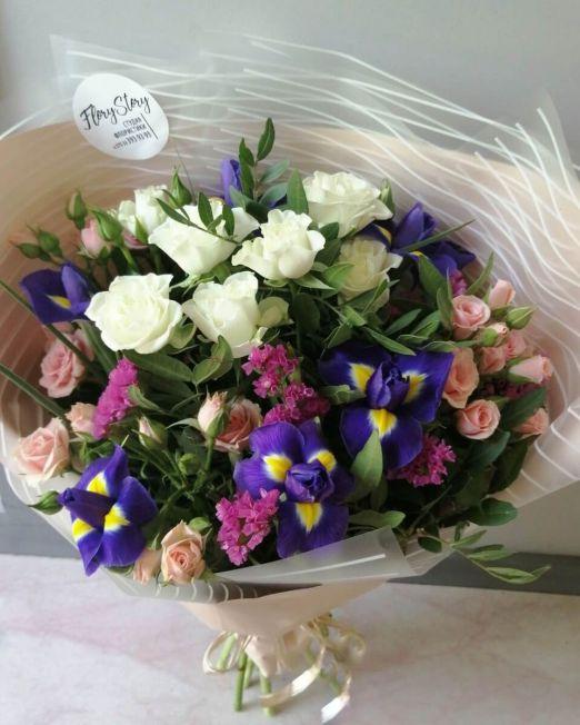букет с ирисами и кустовой розой 1