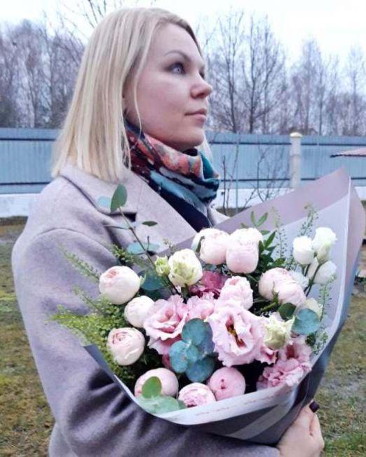 букет с пионовидной розой и эустомой 1