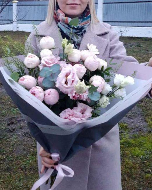 букет с пионовидной розой и эустомой 2