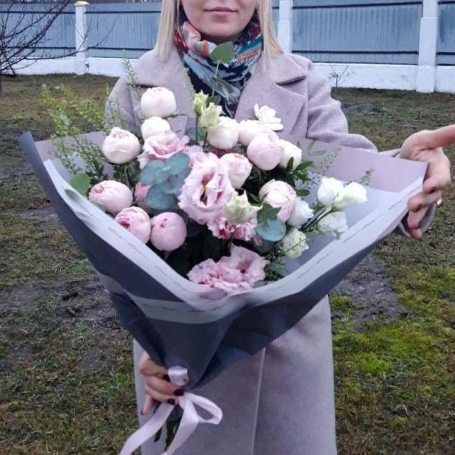 Букет с пионовидной розой и эустомой 348