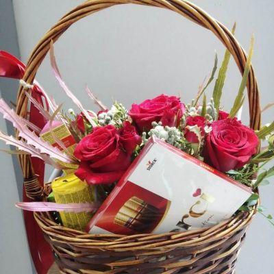 корзина с красными розами и сладостями 2