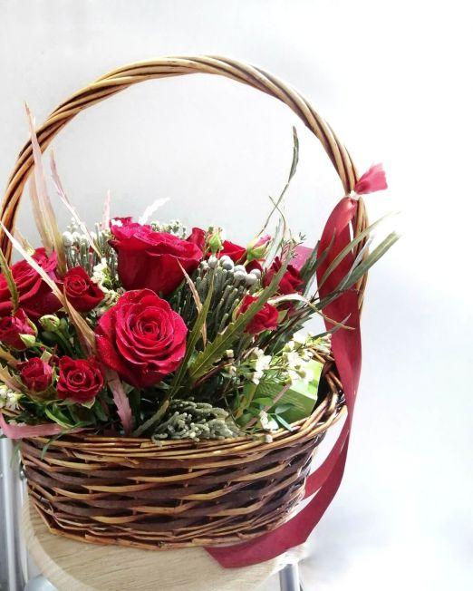 корзина с красными розами и сладостями 2(1)