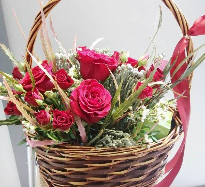 Подарочная корзина со сладостями и цветами 359