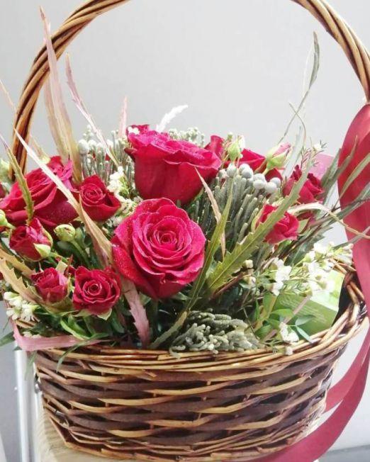 корзина с красными розами и сладостями