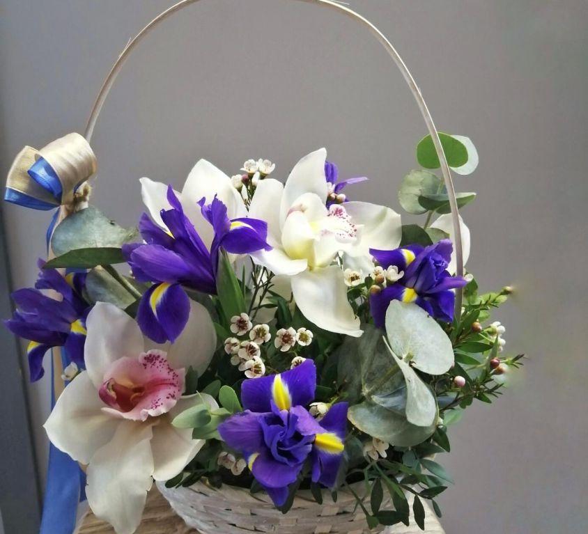 Корзина с орхидеей и ирисами 238