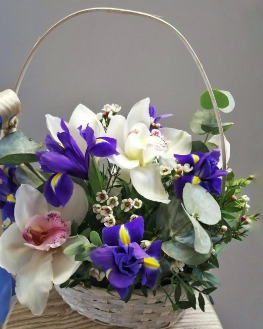 корзина с орхидеей и ирисами