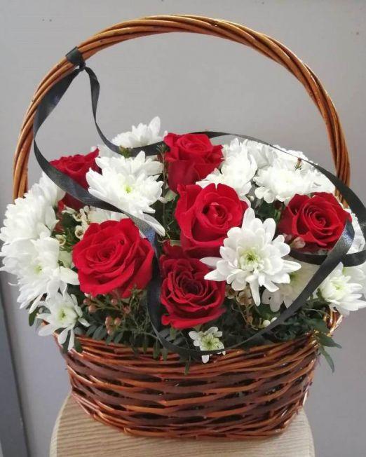 корзина с розами траурная