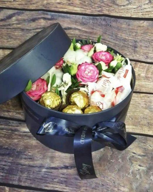 коробка круглая шляпная с цветами и конфетами -1