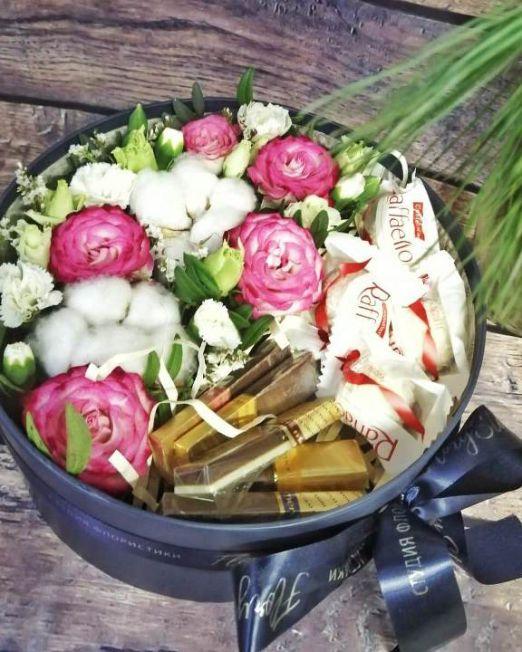 коробка круглая шляпная с цветами и конфетами -2