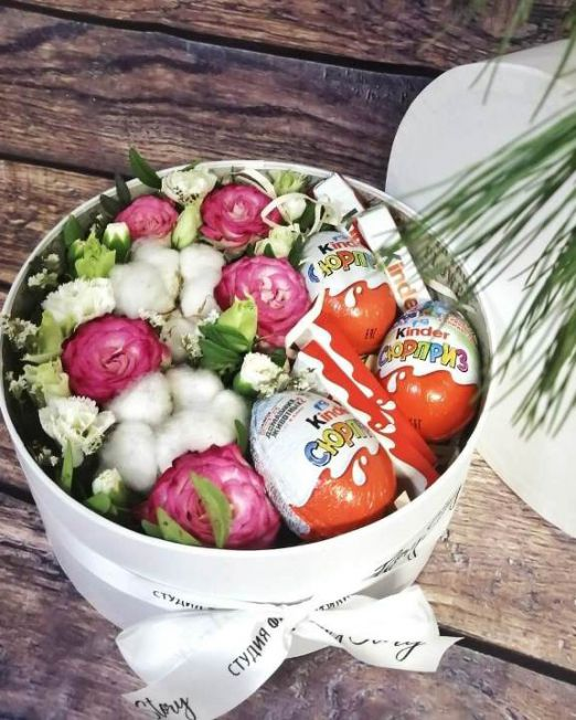 коробка круглая шляпная с цветами и конфетами -3