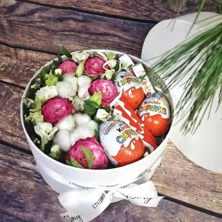 Коробка шляпная с цветами и сладостями 354