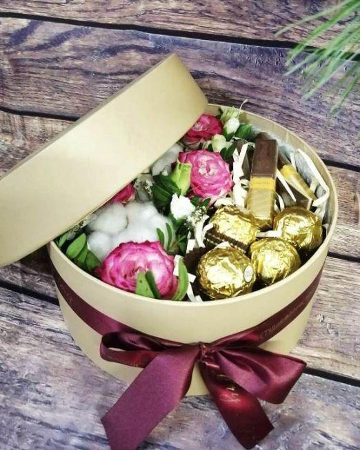 коробка круглая шляпная с цветами и конфетами -4
