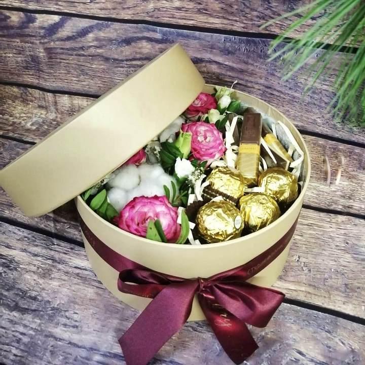 Коробка шляпная с цветами и сладостями 374