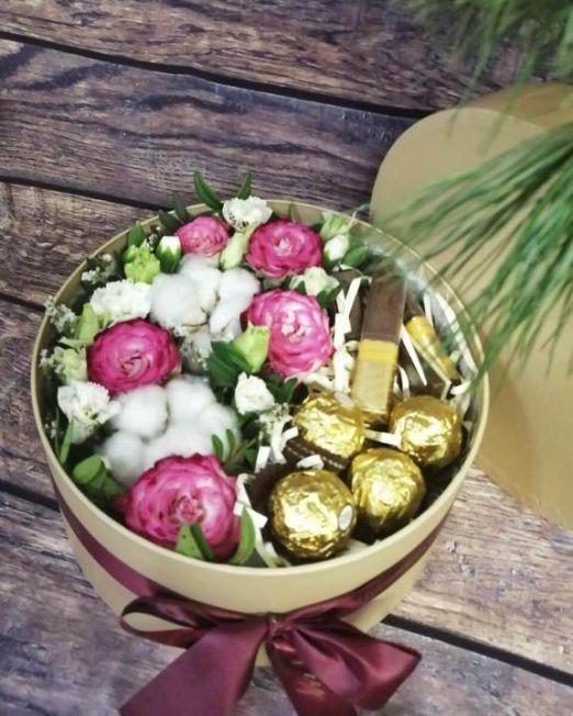 коробка круглая шляпная с цветами и конфетами -5