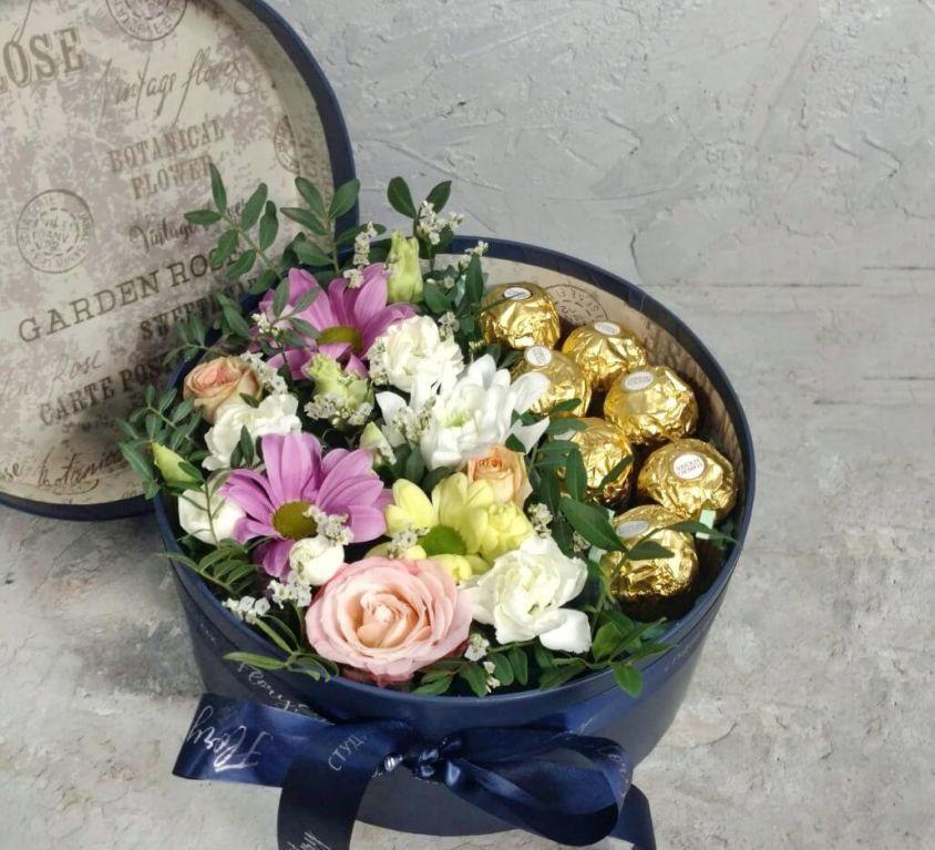 Коробка шляпная с цветами и конфетами фереро 436