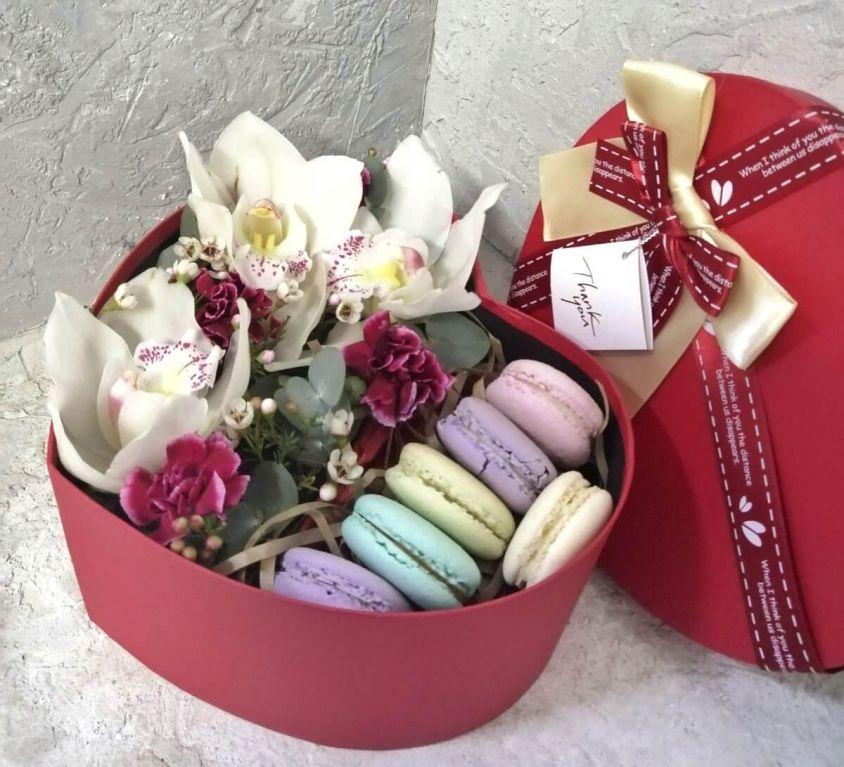 Сердце с цветами в коробке размер S -369