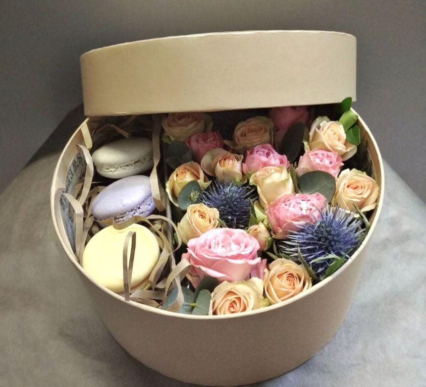 Коробка шляпная с цветами и макаронс 370