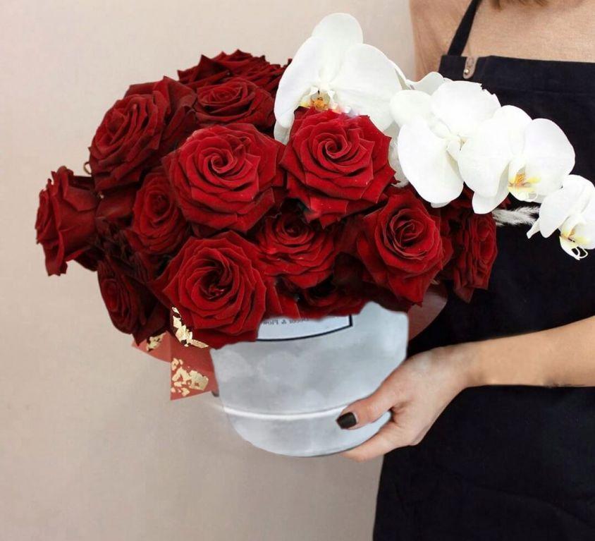 Коробка шляпная бархатная с розами и орхидеей 356