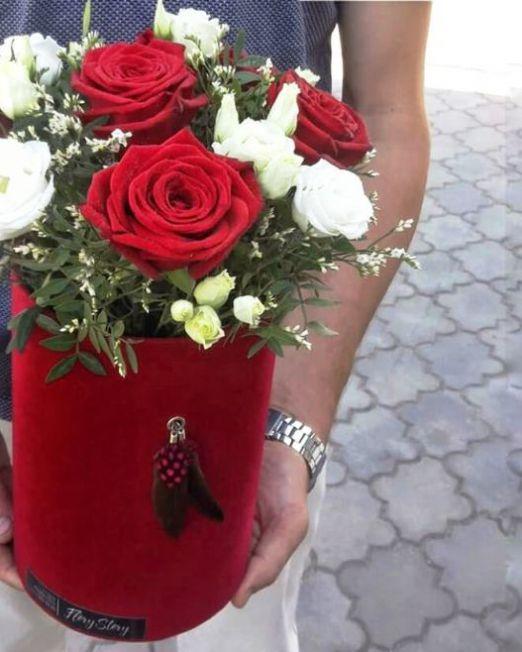 шляпняа коробка бархатная с красными и белыми розами