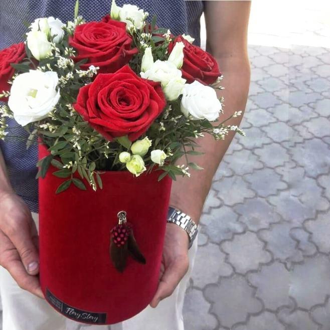 Коробка шляпная бархатная с красными и белыми розами 364
