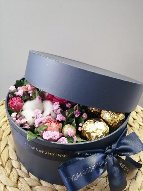 Коробка шляпная с цветами и сладостями 364