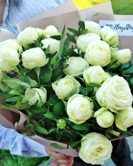 букет из белой пионовидной роы с зеленью _1