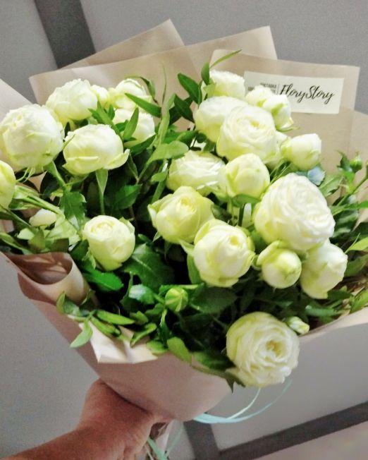 букет из белой пионовидной роы с зеленью _2