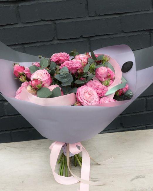 букет из пионовидных роз бомбастик и эвкалипта