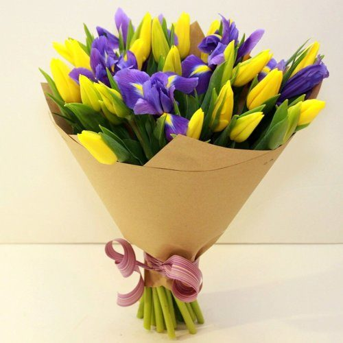 букет из тюльпанов и ирисов в крафт бумаге