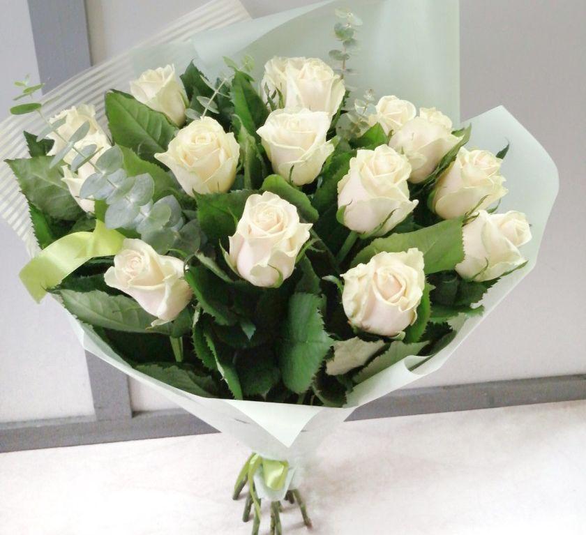 Букет из роз с эвкалиптом 088