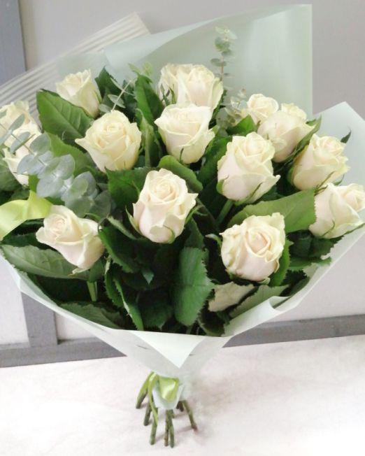 букет из 15 роз талеа с зеленью