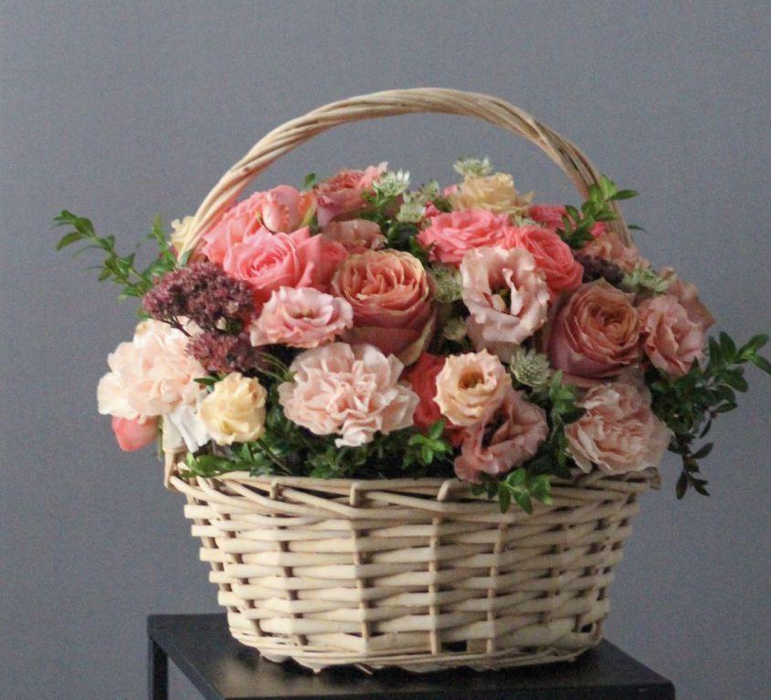 Корзина с пионовидной розой и эустомой 181