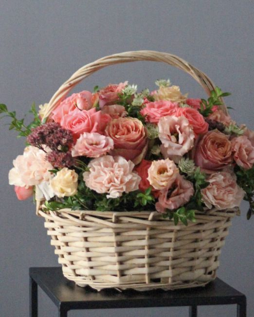 корзина с пионовидной розой и эустомой