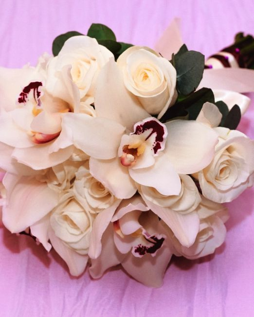 букет из белых роз и орхидеи