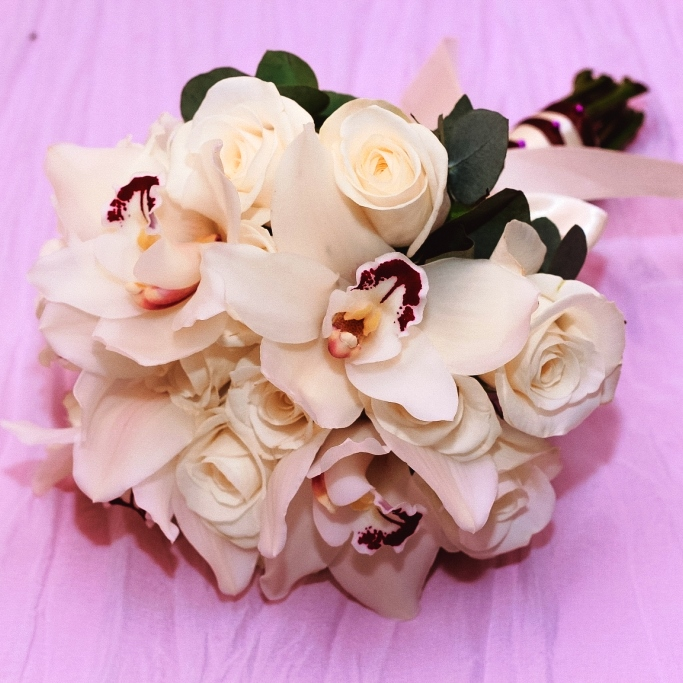 Свадебный букет невесты из белых роз и орхидеи 708