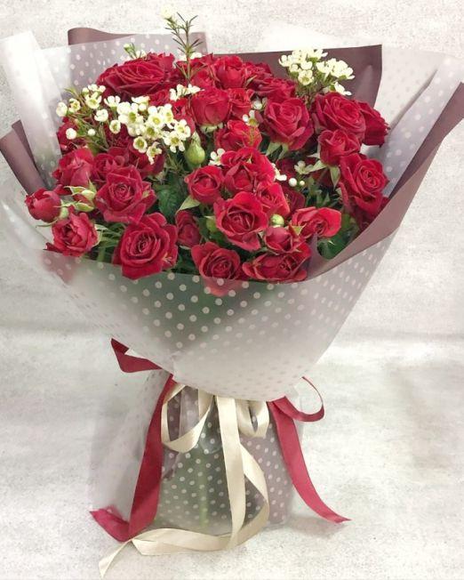 букет из красной кустовой розы и хамелациума