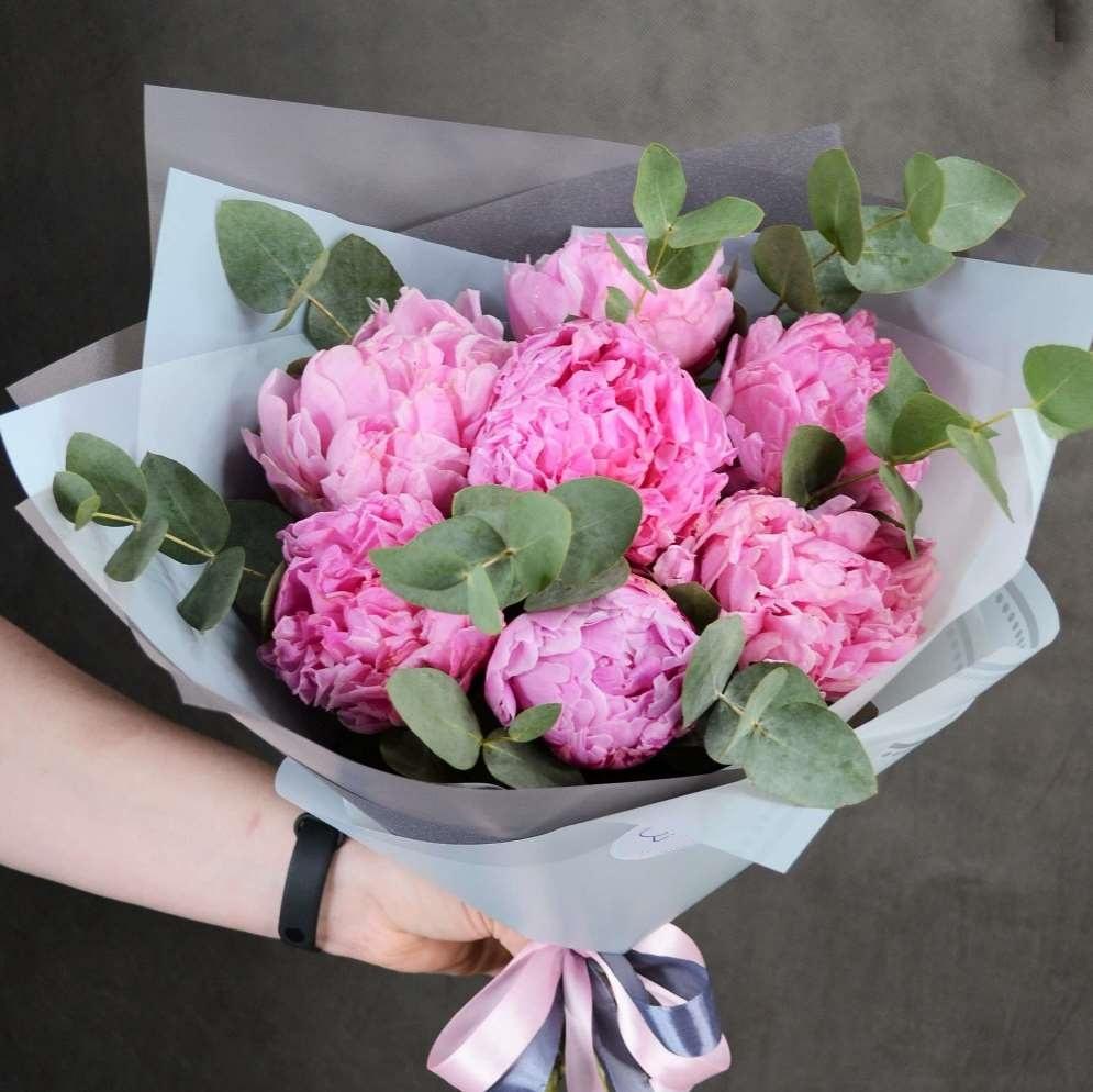 букет из розовых пионов и эвкалипта