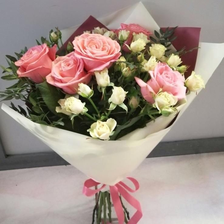 Букет с розовыми и персиковыми розами 0165