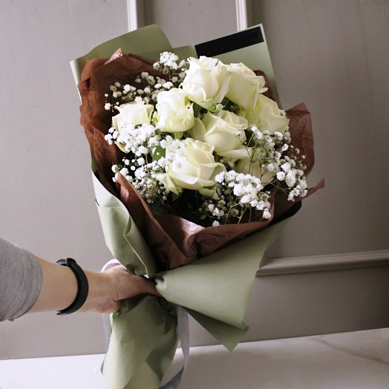 Букет из белых роз и гипсофилы 160