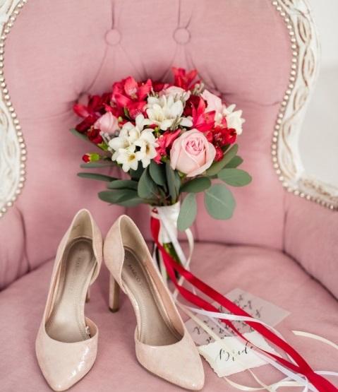 Свадебный букет невесты из роз, альстромерий, фрезий — 700